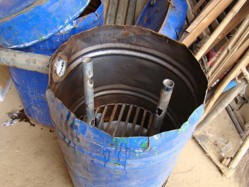 这个是用旧油桶改造的雏鸡加温炉